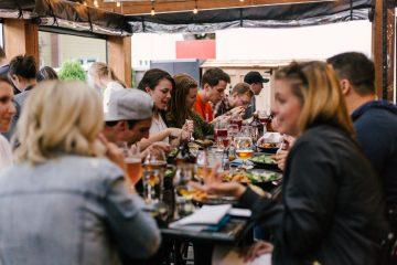 Table d'amis au restaurant
